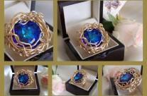 """טבעת סברובסקי  """" המערה הכחולה """" מק""""ט 15850181. הטבעת עוצבה בהשראת המערה הכחולה באי קאפרי . העיצוב בטכניקה ייחודית המגינה על הטקסטורה של אבן הסברובסקי האיכותית ."""